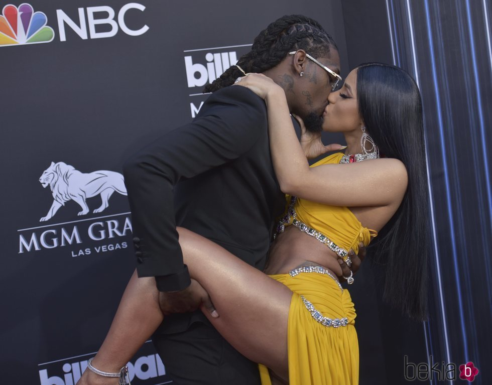 Cardi B y Offset besándose en los Billboard Music Awards 2019