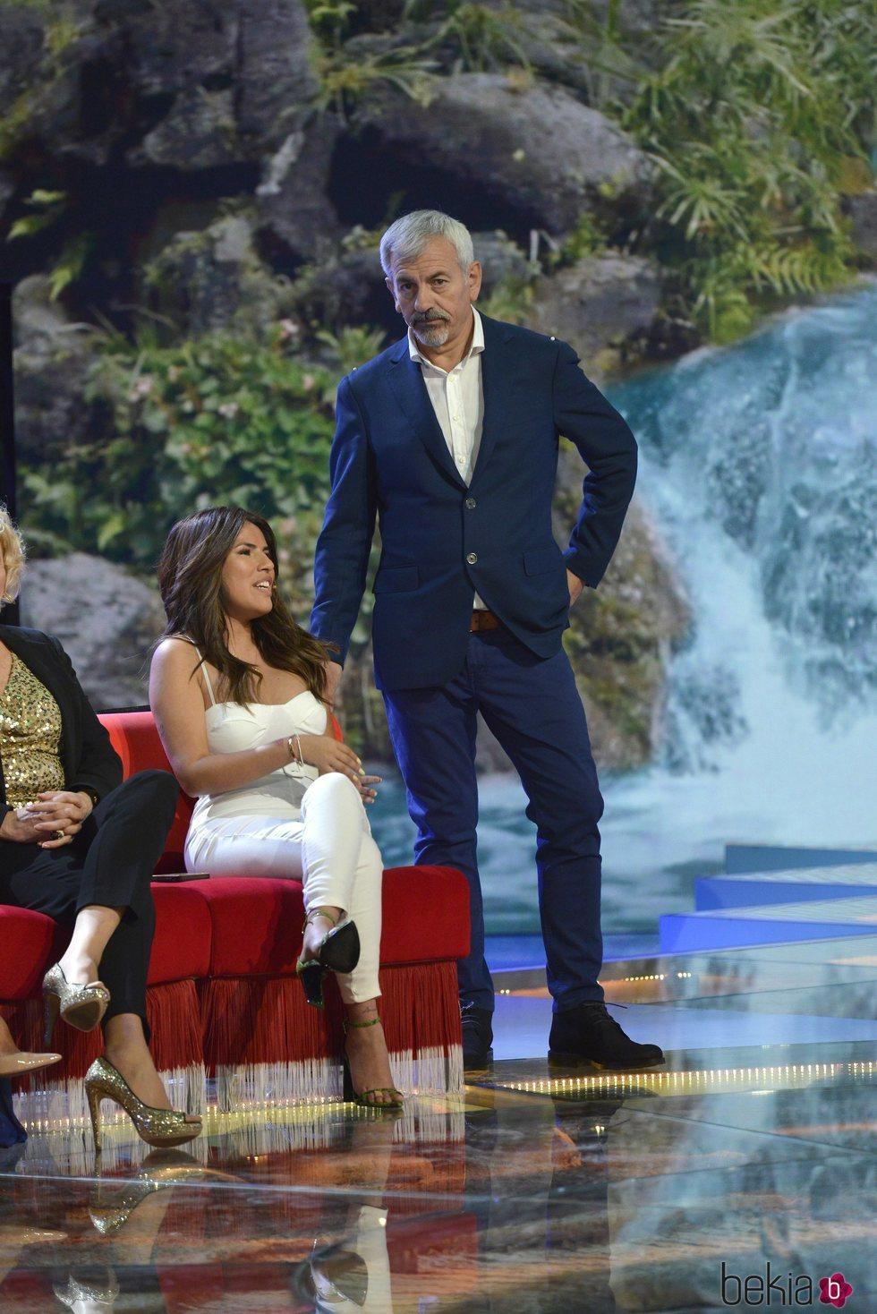 Carlos Sobera y Chabelita Pantoja durante la gala 1 de 'Supervivientes: Tierra de nadie'