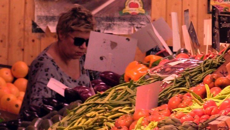 Terelu Campos comprando en el mercado
