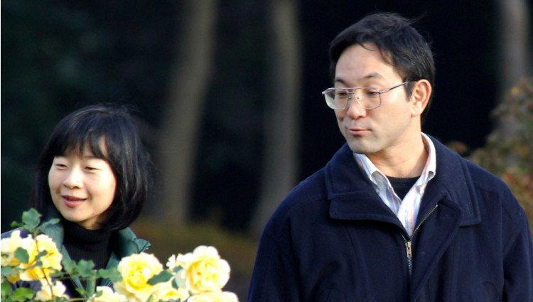 Sayako y Yoshiki Kuroda paseando por un parque de Tokio