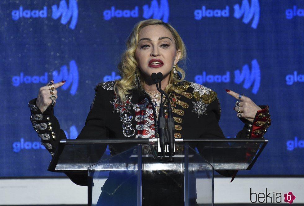 Madonna da un discurso tras ganar el premio en los GLAAD Media Awards 2019