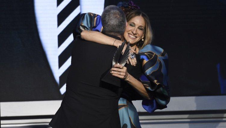Sarah Jessica Parker entrega el premio a Andy Cohen en los  GLAAD Media Awards 2019