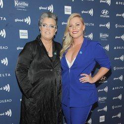 Rosie O'Donnell con su prometida Elizabeth Rooney en los GLAAD Media Awards 2019