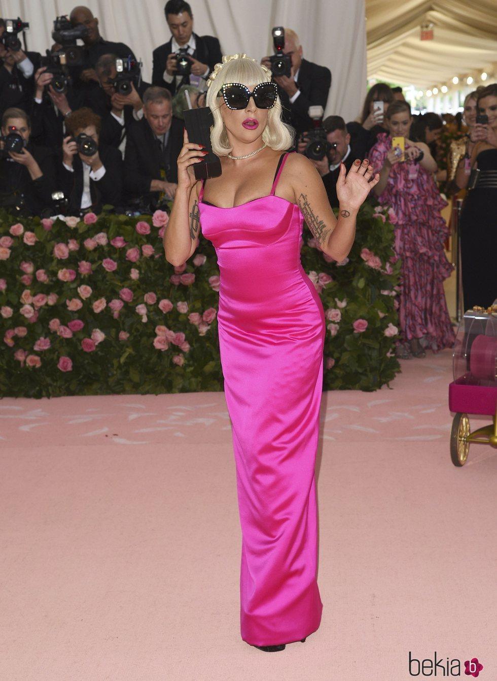 Lady Gaga en la alfombra roja de la Gala MET 2019 con un vestido fucsia