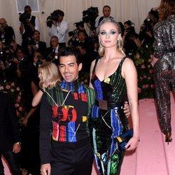 Joe Jonas y Sophie Turner posan divertidos en la alfombra roja de la Gala MET 2019