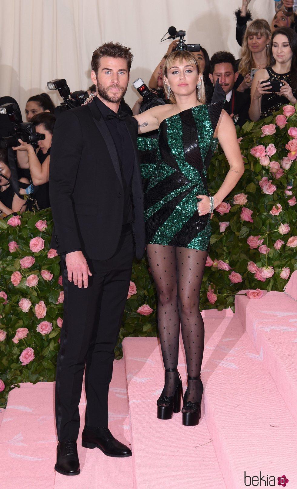 Liam Hemsworth y Miley Cyrus en la alfombra roja de la Gala MET 2019
