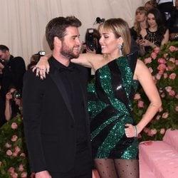 Liam Hemsworth y Miley Cyrus mirándose en la alfombra roja de la Gala MET 2019