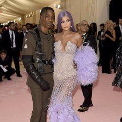 Travis Scott y Kylie Jenner en la alfombra roja de la Gala MET 2019