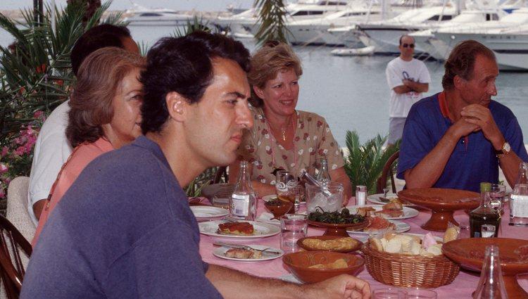 Los Reyes Juan Carlos y Sofía durante una comida familiar en Mallorca con Ana María de Grecia y Jaime de Marichalar