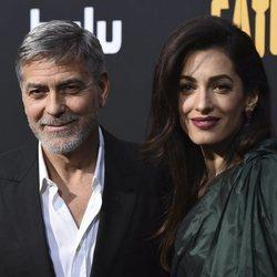 George Clooney y Amal Clooney en el estreno de la película 'Catch-22'
