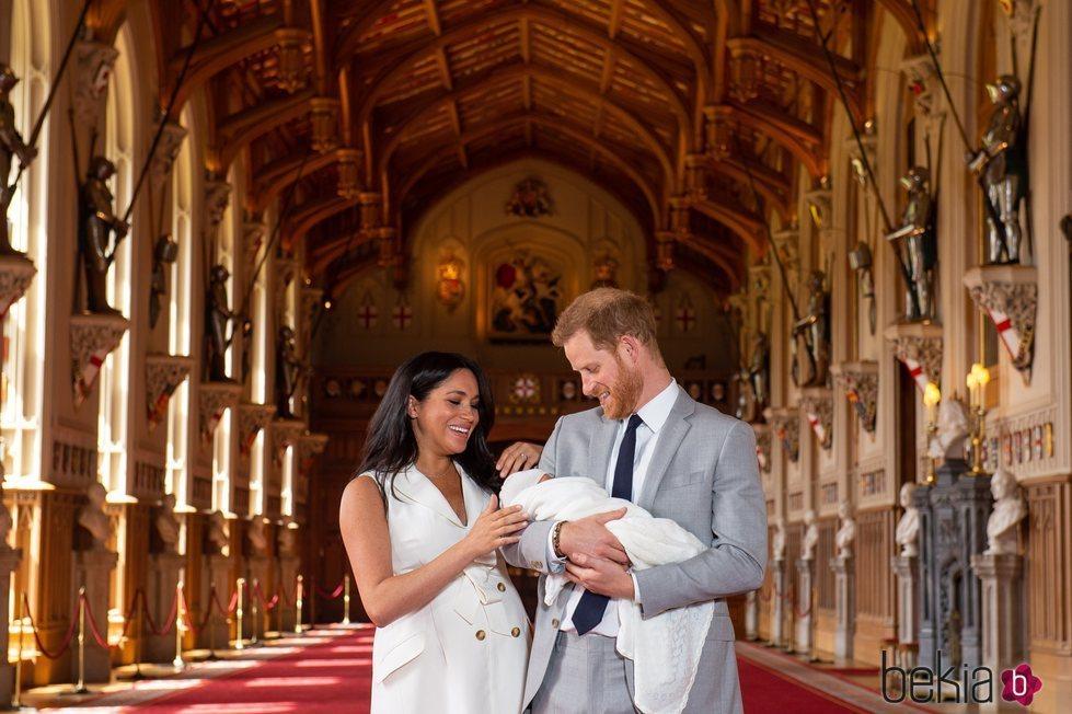 El Príncipe Harry y Meghan Markle mirando cariñosamente a su primer hijo recién nacido Archie Harrison