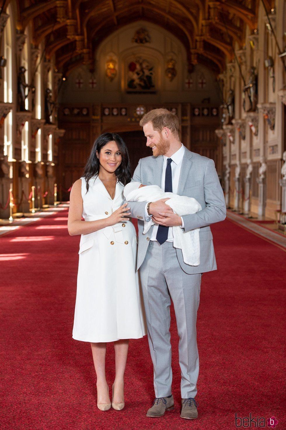 El Príncipe Harry mirando con ternura a Meghan Markle en su primera foto junto a su hijo Archie Harrison