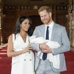 Meghan Markle mira con cariño al Príncipe Harry en la presentación de su primer hijo Archie Harrison