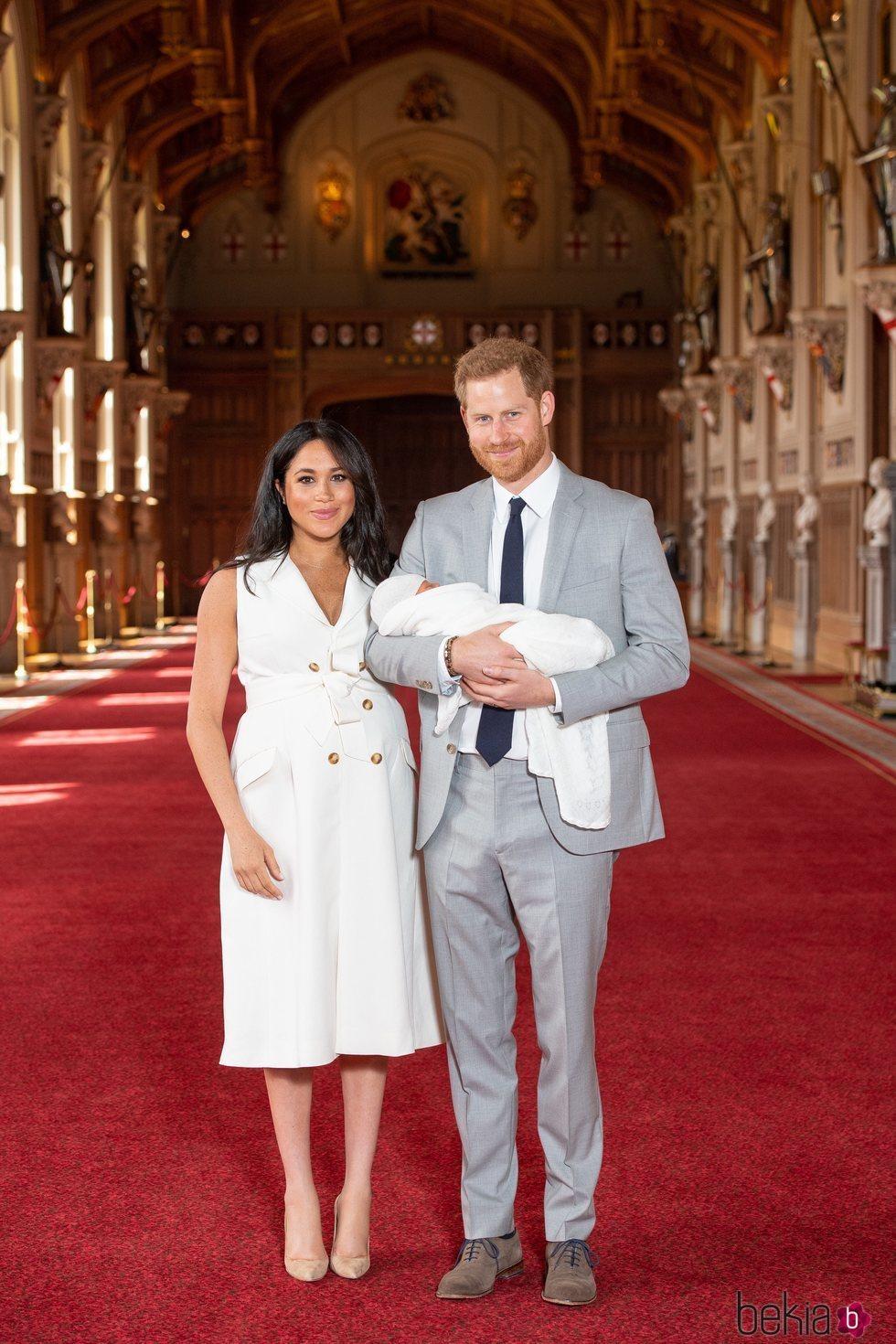 El Príncipe Harry y Meghan Markle con su primer hijo Archie Harrison en su presentación