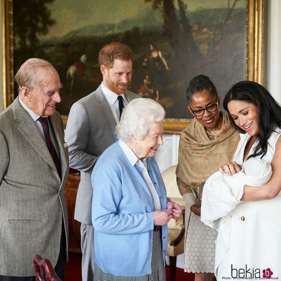 Los Duques de Sussex presentando a su hijo Archie Harrison a la Reina Isabel, el Duque de Edimburgo y Doria Ragland