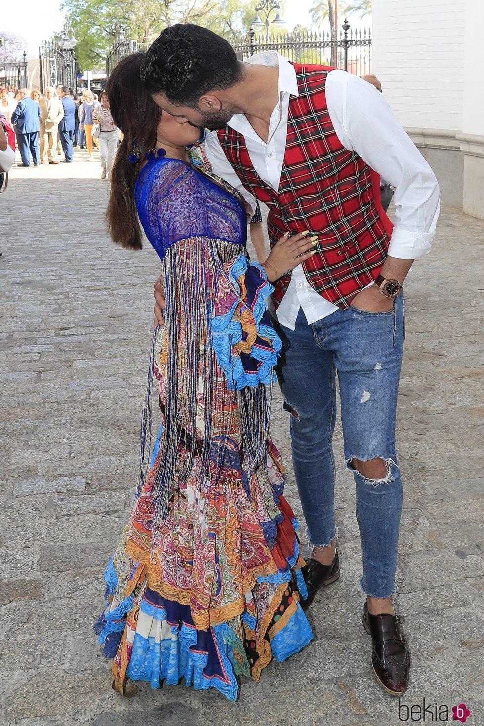 Chabelita Pantoja y Asraf Beno besándose en la Maestranza de Sevilla durante la Feria de Abril 2019