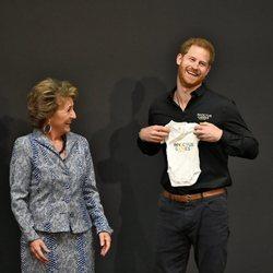 Margarita de Holanda hace un regalo al Príncipe Harry para Archie Harrison