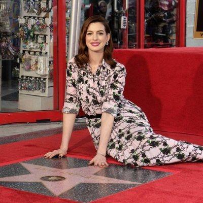 Anne Hathaway posando con su estrella en el Paseo de la Fama de Hollywood