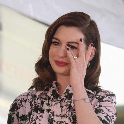 Anne Hathaway muy emocionada al recibir su estrella en el Paseo de la Fama de Hollywood