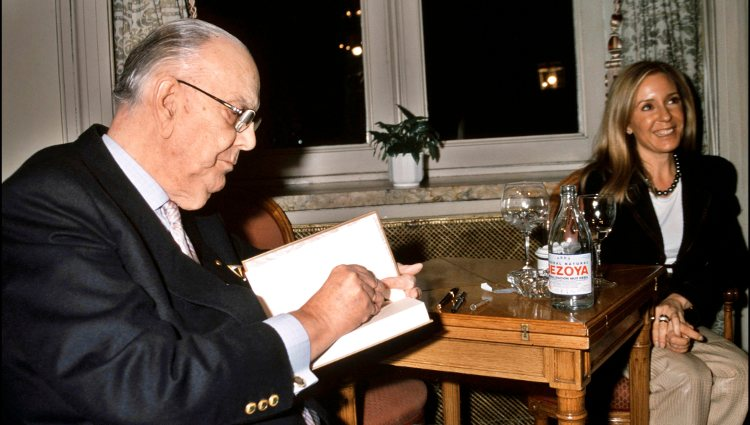 Camilo José Cela firmando un libro en presencia de Marina Castaño