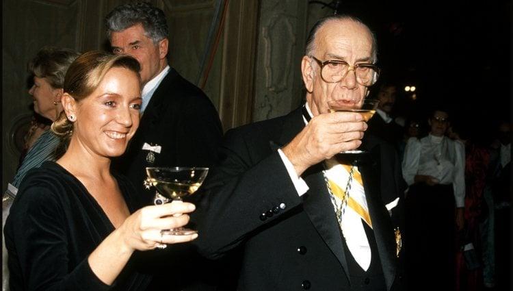 Camilo José Cela y Marina Castaño brindando en los Premios Nobel de 1989