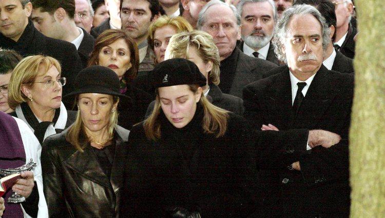 Marina Castaño con su hija y Camilo José Cela Conde en el funeral de Camilo José Cela