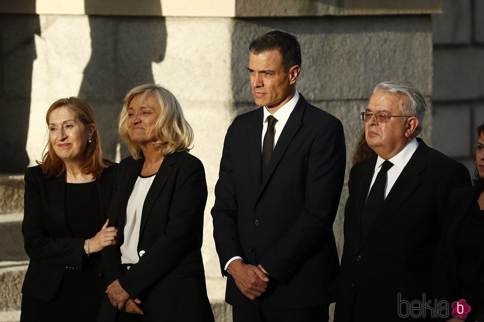 Pedro Sánchez y Ana Pastor junto a la viuda de Alfredo Pérez Rubalcaba, Pilar Goya