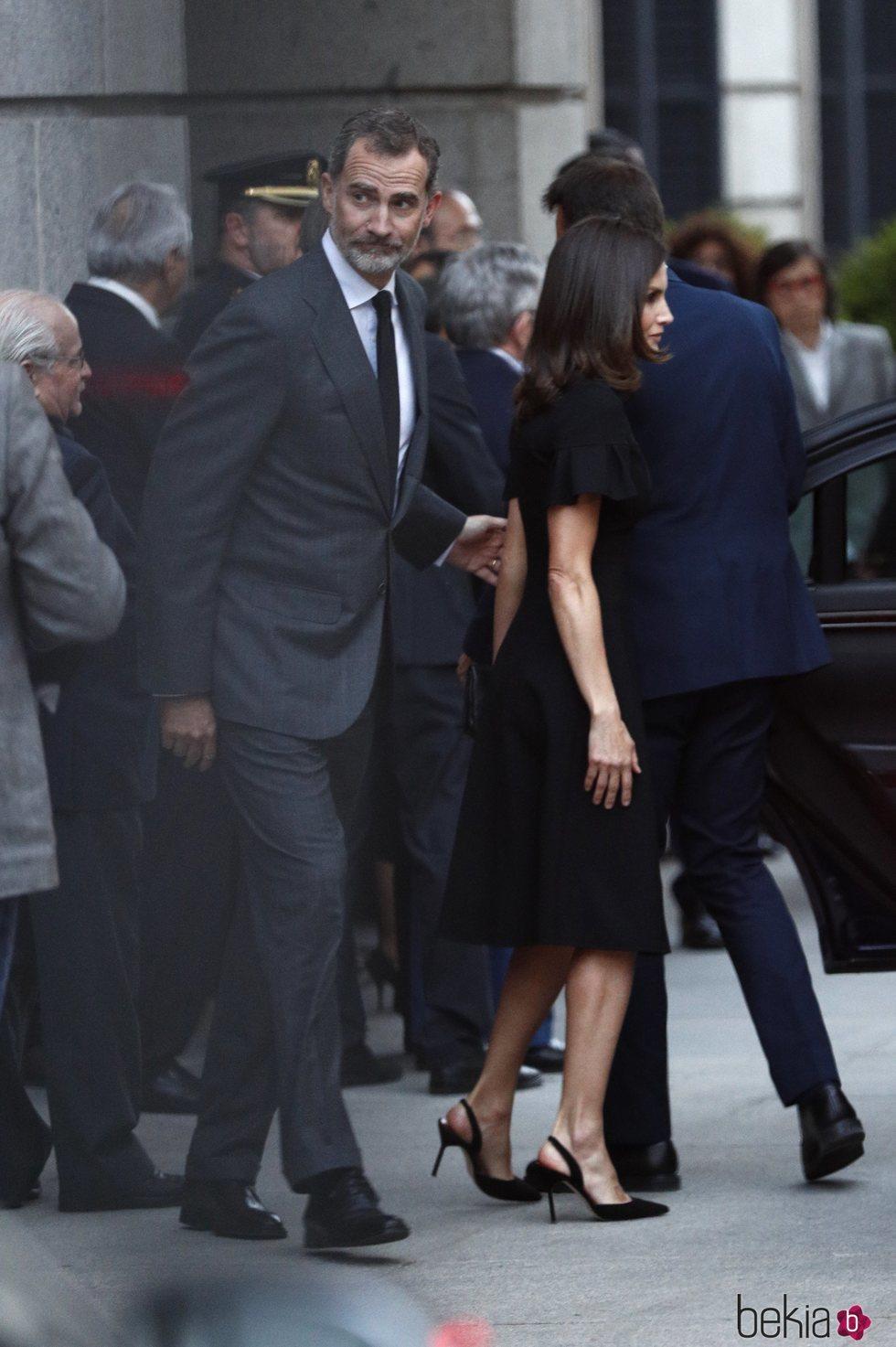 El Rey Felipe VI, y la Reina Letizia a su llegada a la capilla ardiente de Alfredo Pérez Rubalcaba en el Congreso de los Diputados en Madrid