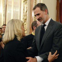 El Rey Felipe VI dando el pésame a Pilar Goya en la capilla ardiente de su marido, Alfredo Pérez Rubalcaba en el Congreso de los Diputados en Madrid