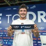 Miki Nuñez con el cartel que indica en la segunda mitad de Eurovisión 2019