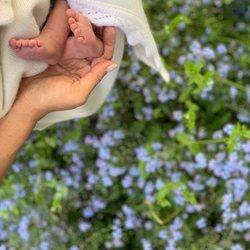 Meghan Markle sostiene los pies de Archie Harrison con seis días de vida