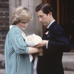 El Príncipe Carlos y Lady Di se pasan al Príncipe Guillermo en su presentación