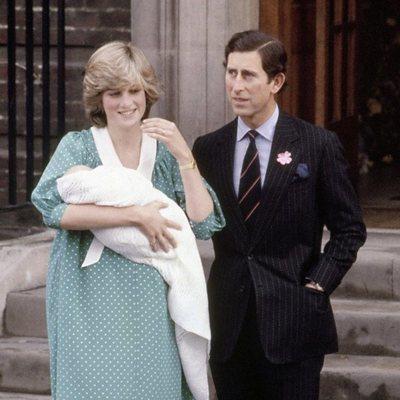 El Príncipe Guillermo en su presentación con el Príncipe Carlos y Lady Di