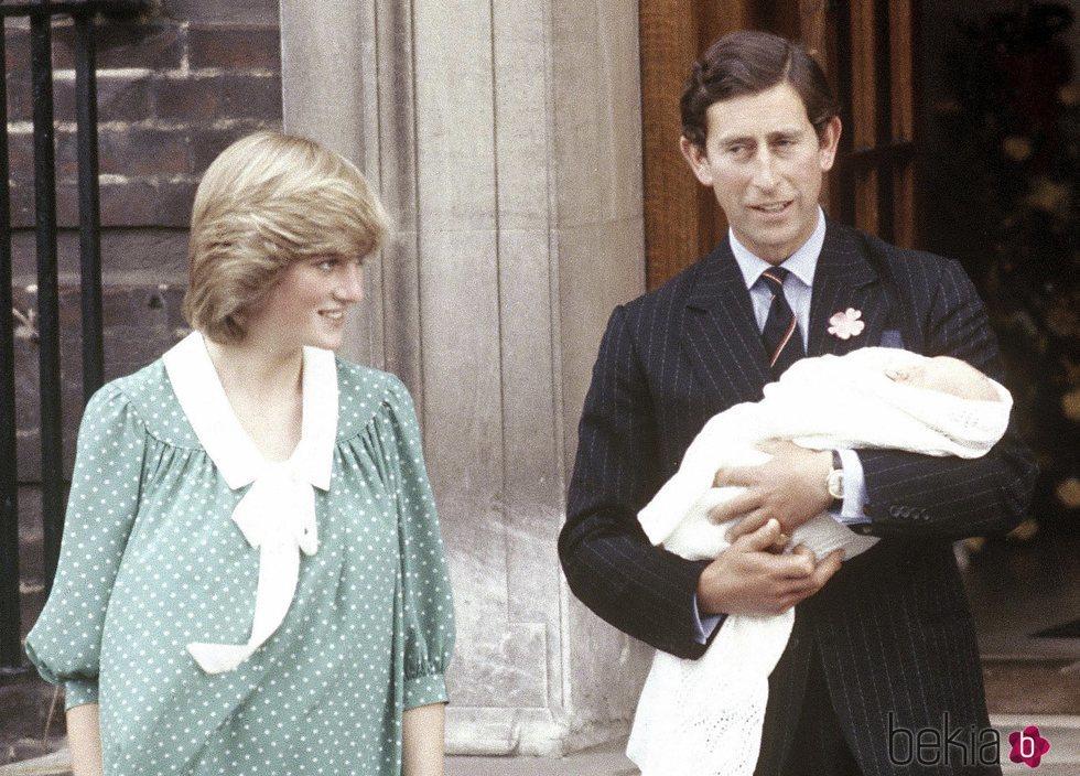 El Príncipe Carlos sostiene al Príncipe Guillermo en su presentación junto a Lady Di