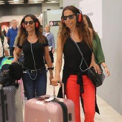 Toñi y Encarna Salazar en el aeropuerto de Madrid tras abandonar 'Supervivientes 2019'