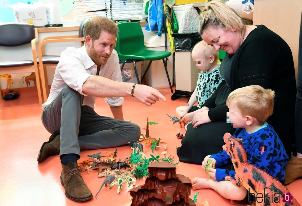 El Príncipe Harry visita el Hospital Infantil de Oxford