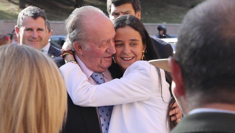 Victoria Federica abraza al Rey Juan Carlos