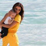 Eva Longoria disfruta con su hijo en la playa de Cannes