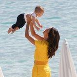 Eva Longoria todo sonrisas con su hijo Santiago