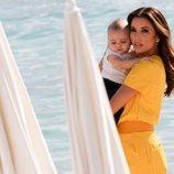 Eva Longoria juega con su hijo en Cannes