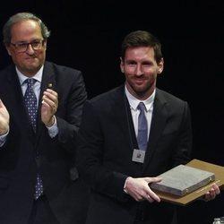 Leo Messi junto a Qui Torra tras ser galardonado con la Cruz de Sant Jordi