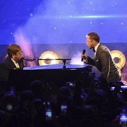 Elton John y Taron Egerton interpretando 'Rocketman' en el Festival de Cannes 2019