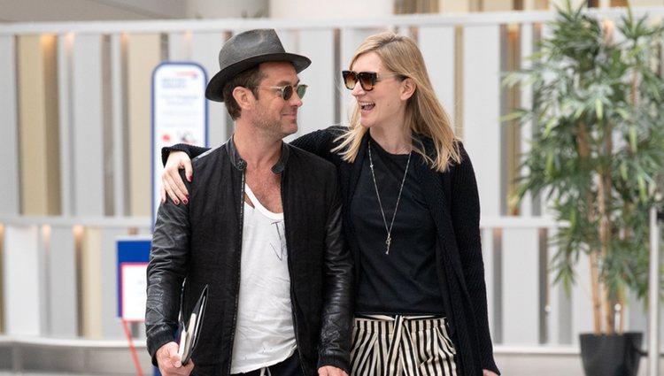 Jude Law y Phillipa Coan en el aeropuerto de Londres