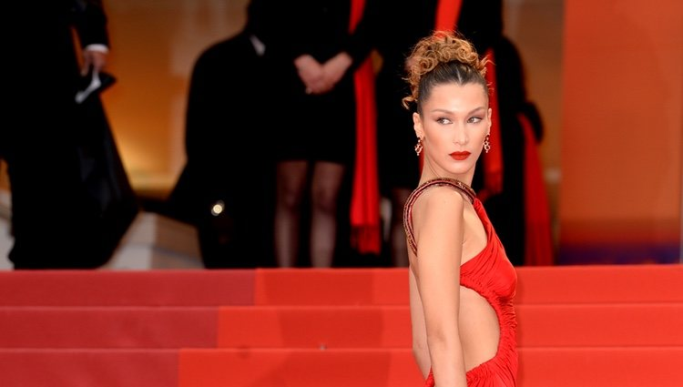 Bella Hadid en la alfombra roja de 'Dolor y Gloria' en el Festival de Cannes