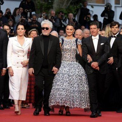 Pedro Almodóvar con los actores de 'Dolor y Gloria' en el Festival de Cannes