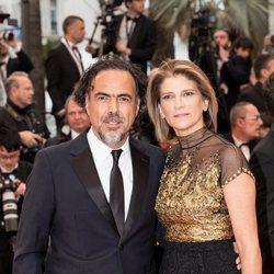 Alejandro Gonzalez Iñárritu y Maria Eladia Hagerman en la presentación de 'Dolor y Gloria' en Cannes