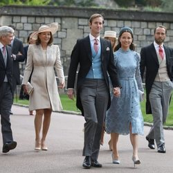 Pippa Middleton y James Matthews, Michael y Carole Middleton y James Middleton y Alizee Thevenet en la boda de Lady Gabriella Windsor y Thomas Kingston
