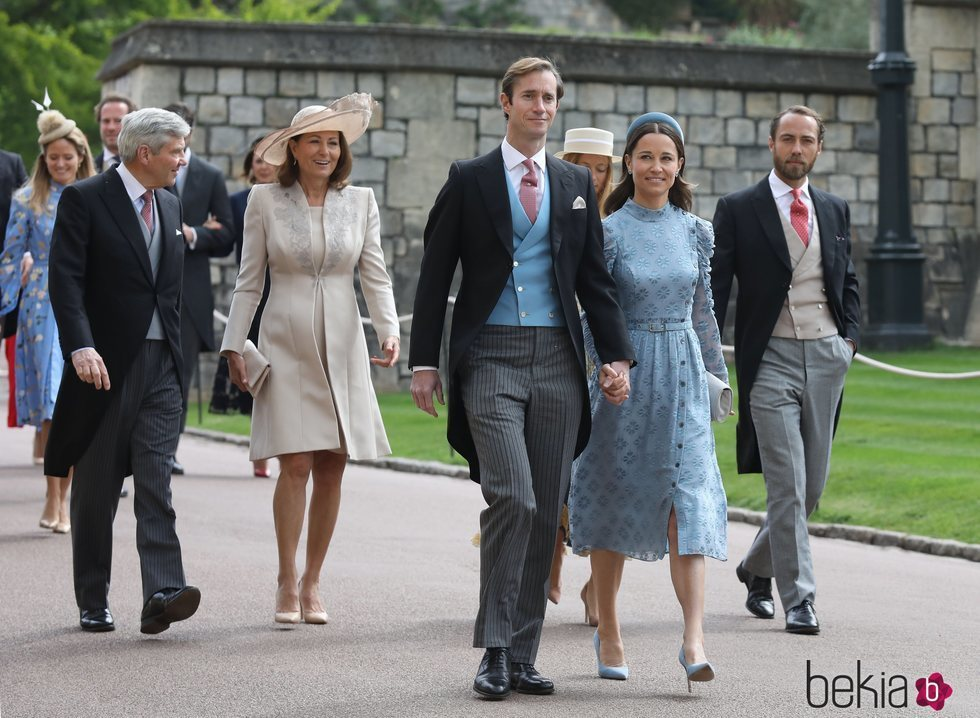 Pippa Middleton y James Matthews, Michael y Carole Middleton y James Middleton y Alizee Thevenet en la boda de Lady Gabriella Windsor y Thomas Kingston