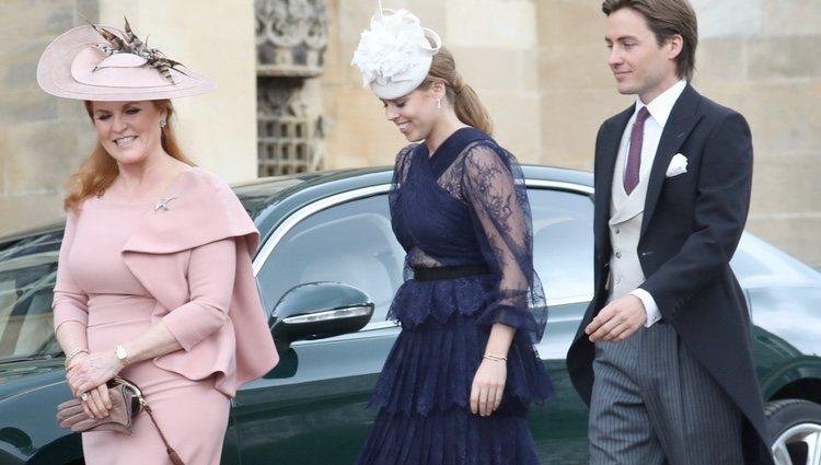Sarah Ferguson, Beatriz de York y Edoardo Mapelli Mozzi en la boda de Lady Gabriella Windsor y Thomas Kingston