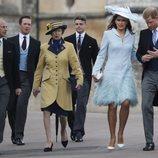 Sophie Winkleman y el Príncipe Harry junto al Príncipe Eduardo, la Princesa Ana y Timothy Laurence en la boda de Lady Gabriella Windsor y Thomas Kingston